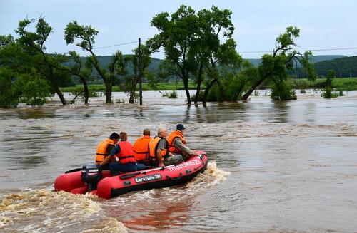 گروه های امدادی در جستجوی نجات سیلزدگان در شهر