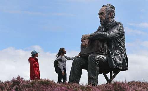 مجسمه مرد نشسته در پارک ملی