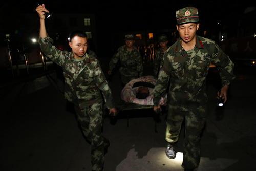 امدادرسانی به مصدومان زلزله 7 ریشتری در استان سیچوان چین.  این زلزله دستکم 13 کشته و 60 زخمی برجای گذاشته است.
