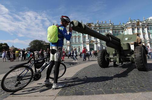 گذاشتن ادوات نظامی در میادین شهر سنت پترز بورگ روسیه به مناسبت هفتادوسومین سالگرد پایان جنگ لنینگراد در جنگ دوم جهانی