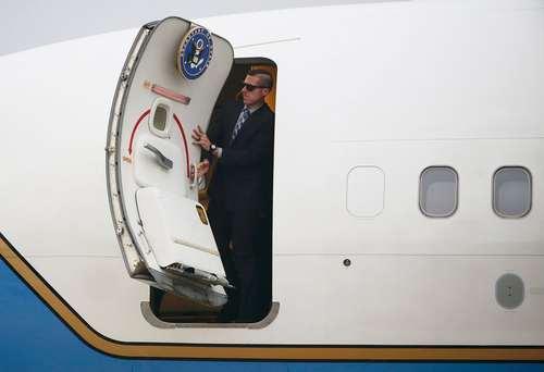 ماموران امنیتی داخل هواپیمای حامل وزیر امور خارجه آمریکا در حال باز کردن در هواپیما پس از فرود در فرودگاه شهر کوالالامپور مالزی