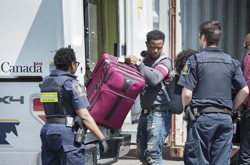 ورود پناهجویان از خاک آمریکا به منطقه مرزی کانادا و آمریکا و ارایه درخواست پناهندگی از کانادا