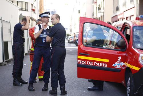 پلیس پاریس در صحنه حمله خودرویی مشکوک روز چهارشنبه یک راننده به گروهی از سربازان فرانسوی. مقامات فرانسوی احتمال داده اند این حمله تروریستی باشد