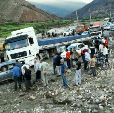 مردم و مسافران بسیاری در گل و لای پس از سیلاب در جاده آزادشهر گلستان گرفتار شدند.