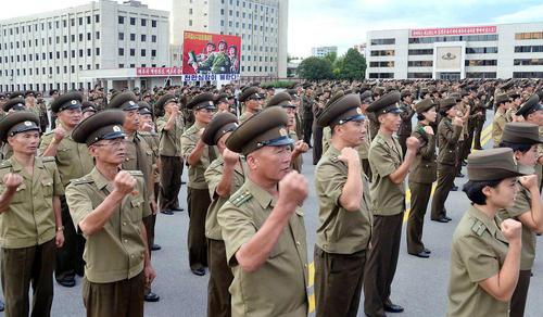 تظاهرات گروهی از مردم کره شمالی در یکی از میادین شهر پیونگ یانگ در محکومیت قطعنامه تحریمی اخیر شورای امنیت علیه آزمایش های موشکی اخیر این کشور