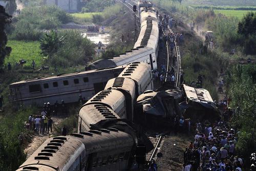 عکسی از صحنه تصادف قطار در اسکندریه مصر. در این سانحه دستکم 43 نفر کشته و بیش از 120 نفر مجروح شدند