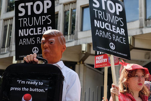 تظاهرات گروهی از فعالان صلح در مقابل سفارت آمریکا در لندن در اعتراض به سیاست های ماجراجویانه دونالد ترامپ در قبال کره شمالی و هشدار نسبت به وقوع یک درگیری هسته ای