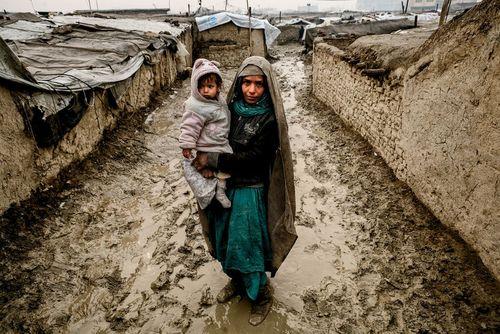 یک زن آواره از جنگ داخلی افغانستان در اردوگاه آوارگان در کابل
