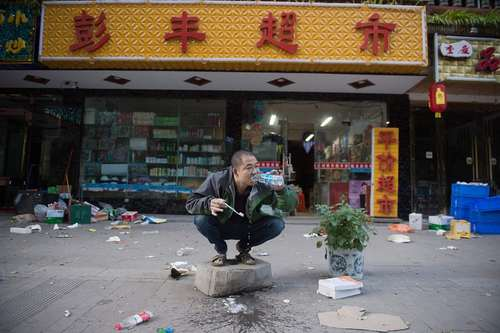 مسواک زدن در شهر زلزله زده ژانگژا در استان سیچوان چین