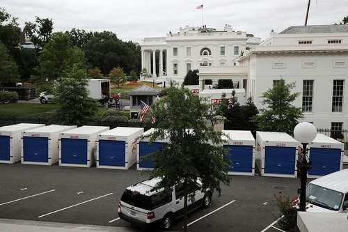 کانتینرهای حاوی مبلمان و دکوراسیون جدید در حال انتقال به اتاق های مختلف کاخ سفید