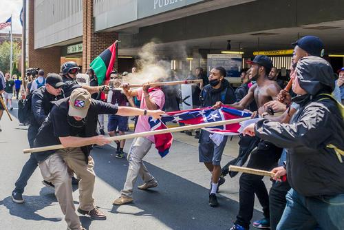 خشونت های کم سابقه و درگیری بین راستگرایان نژاد پرست با مخالفان آنها در شهر شارلوتزویل ایالت ویرجینیا آمریکا. دیروز در اثر درگیری ها یک نفر کشته و دهها نفر زخمی شدند. در ویرجینیا حالت فوق العاده اعلام شده است.