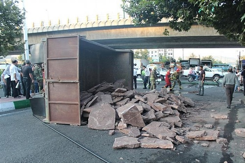 واژگونی کامیون حامل سنگ در تهران (+عکس)