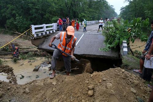 ریزش پل در اثر سیل در نپال