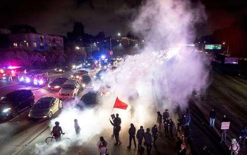 تظاهرات مخالفان نژاد پرستی در اوکلند کالیفرنیا آمریکا