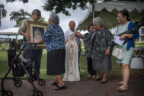 یک گروه مسیحیان کاتولیک در حال اجرای مراسم آیینی