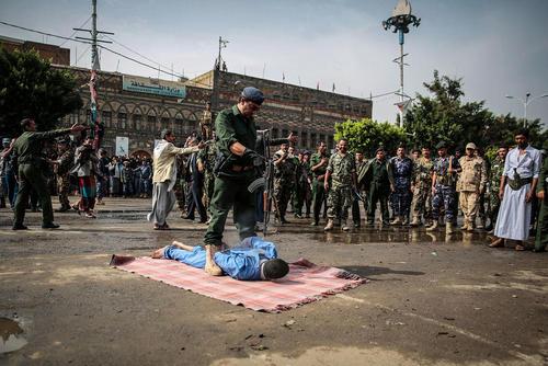 اعدام یک متجاوز به عنف به دختری 5 ساله در میدان تحریر شهر صنعا یمن
