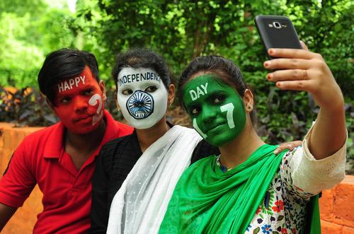 سلفی گرفتن جوانان هندی در سالگرد استقلال هند – الله آباد