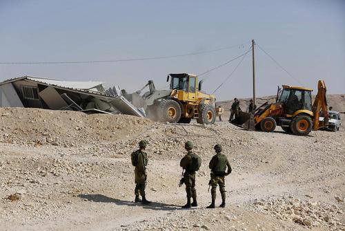تخریب خانه یک فلسطینی در شهر الخلیل ( هبرون)  در کرانه غربی رود اردن از سوی سربازان اسراییل