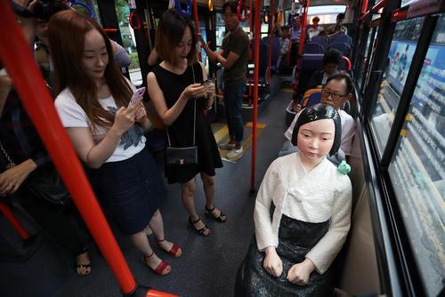 گذاشتن مجسمه نماد بردگان جنسی زن کره ای در دوران جنگ دوم جهانی در داخل اتوبوس های شهری شهر سئول