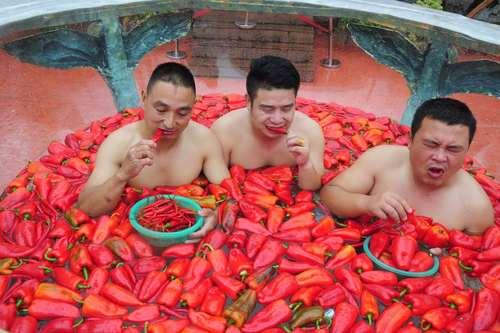 مسابقات خوردن فلفل در داخل آب – چین