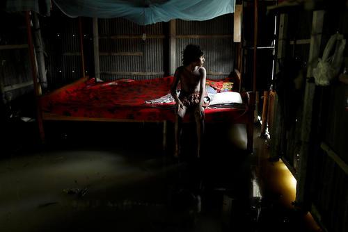 نفوذ سیلاب به درون خانه ها در شهر داکا بنگلادش