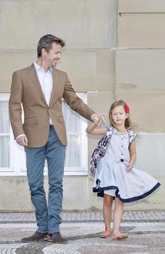 شاهزاده فردریک ولیعهد دانمارک در حال مشایعت دخترش