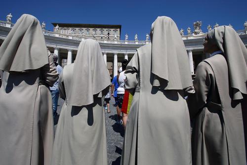 گوش فرادادن به سخنرانی پاپ فرانسیس رهبر کاتولیک های جهان در یک مراسم آیینی – واتیکان