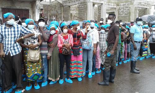 صف سیلزدگان سیئرالئون برای دریافت کمک های دولتی در شهر فری تاون