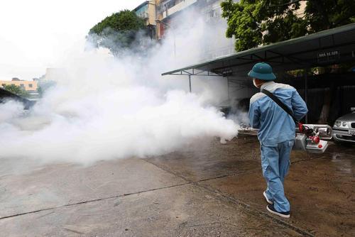 ضد عفونی کردن برای مبارزه با ویروس تب دنگ در پایتخت ویتنام