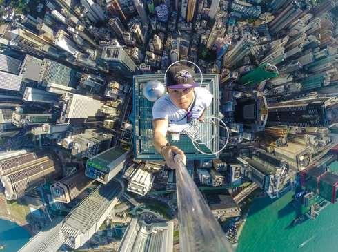 سلفی گرفتن یک جوان ماجراجو در بام یک آسمانخراش 73 طبقه در شهر هنگ کنگ
