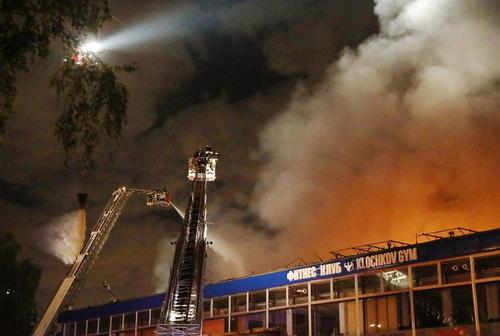 تلاش آتش نشانان برای مهار آتش سوزی یک انبار بزرگ در شمال مسکو