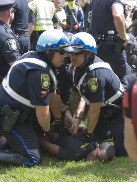 ممانعت پلیس بوستون از نزدیک شدن دو گروه به هم. پلیس یک جوان را از نزدیک شدن به گردهمایی راست های افراطی بازداشته است