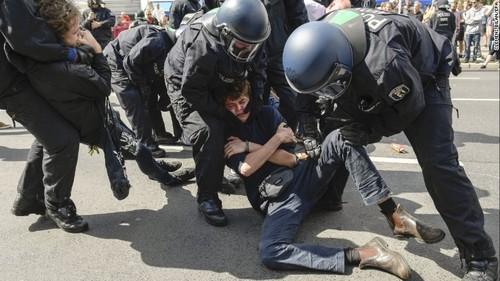 تظاهرات نئونازی ها و مخالفان آنها در شهر برلین آلمان
