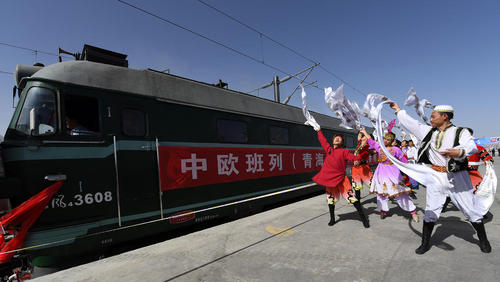 جشن افتتاح مسیر جدید قطار بین شمال غرب چین تا اروپا و کوتاه شدن 30 روزه مسیر دریایی. این خط 6360 کیلومتری با عبور از قزاقستان به شهر