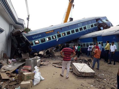 تصادف مرگبار قطار در اوتارپرادش هند. این سانحه دستکم 24 کشته و بیش از 155 زخمی برجا گذاشت.