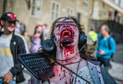 راهپیمایی سالانه در شکل و شمایل زامبی در استکهلم سوئد