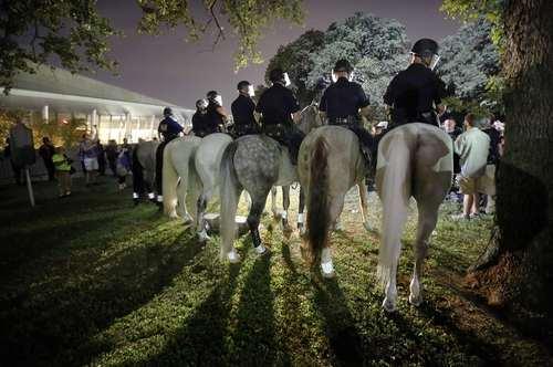 تفکیک جمعیت حامیان و مخالفان نژادپرستی از سوی پلیس سواره در راهپیمایی همزمان این دو گروه در پارکی در شهر دالاس آمریکا
