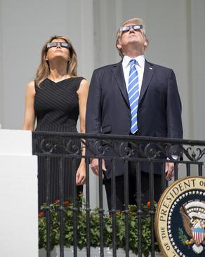 دونالد ترامپ و بانوی اول آمریکا در حال تماشای کسوف از بالکن کاخ سفید در واشنگتن
