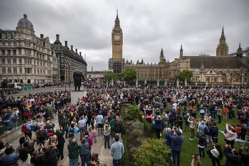 گوش فرا دادن به آخرین زنگ های ساعت بیگ بن در لندن. این ساعت در ساعت 12 ظهر دیروز 12 بار نواخت و برای یک دوره 4 ساله تعمیرات خاموش شد.