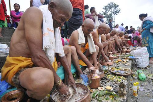 مراسم آیینی روز پدر در معبد گوکاما در کاتماندو نپال