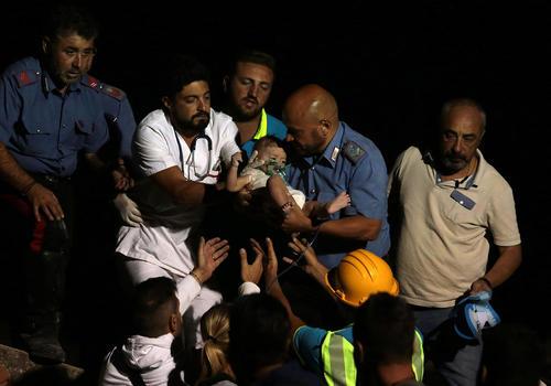 عملیات امداد و نجات پس از یک زلزله 4 ریشتری در جزیره ای توریستی در ایتالیا
