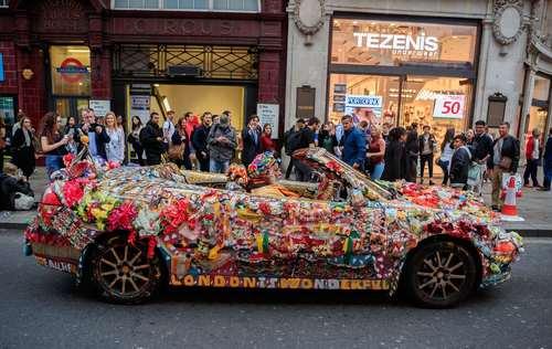 جولان یک خودروی گل آرایی شده در خیابان های لندن