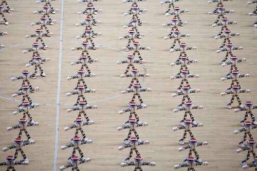 رقص دسته جمعی روبات ها در نمایشگاهی در شاندونگ چین