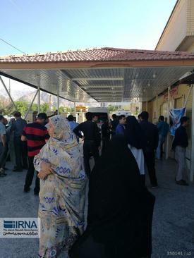 چشم انتظاری خانواده های نگران دانش آموزان در ورودی بیمارستان شهر داراب استان فارس