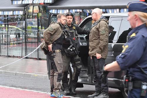 نیروهای پلیس و امنیتی سوئد در تعقیب مظنونان تروریستی یک حمله چاقویی در شهر استکهلم