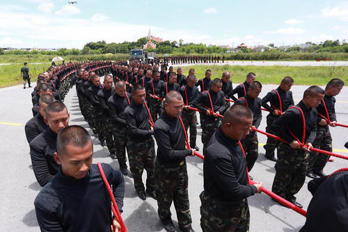 سربازان ارتش تایلند در حال تمرین برای مراسم رسمی تشییع و تدفین پادشاه فقید این کشور – بانکوک