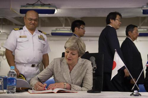 نخست وزیر بریتانیا در حال امضای دفتر یادبود ناو هواپیمابر
