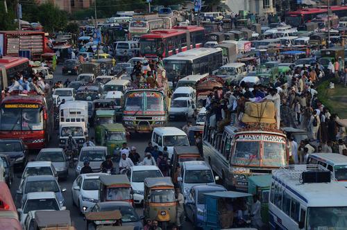 سوار شدن مسافران تعطیلات عید قربان روی سقف اتوبوس ها در شهر لاهور پاکستان