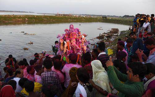 جشنواره آیینی هندوها در حاشیه رود گنگ در الله آباد و بمبئی هند