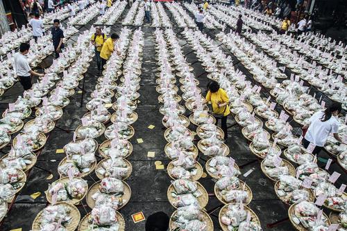 اهدای غذا و نذورات به ارواح گرسنه در جریان یک جشنواره آیینی یک ماهه چینی های مقیم سوماترای شمالی در اندونزی